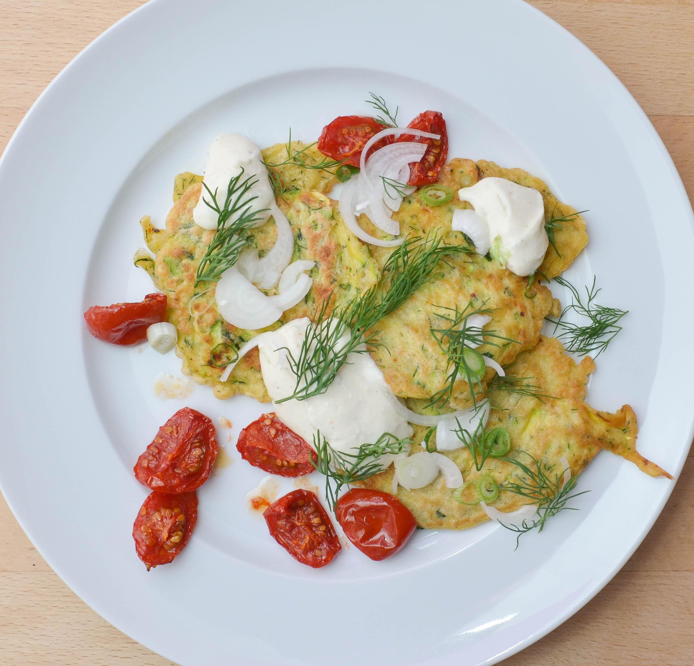 Zucchinipuffer mit Fetacreme und gebackenen Tomaten