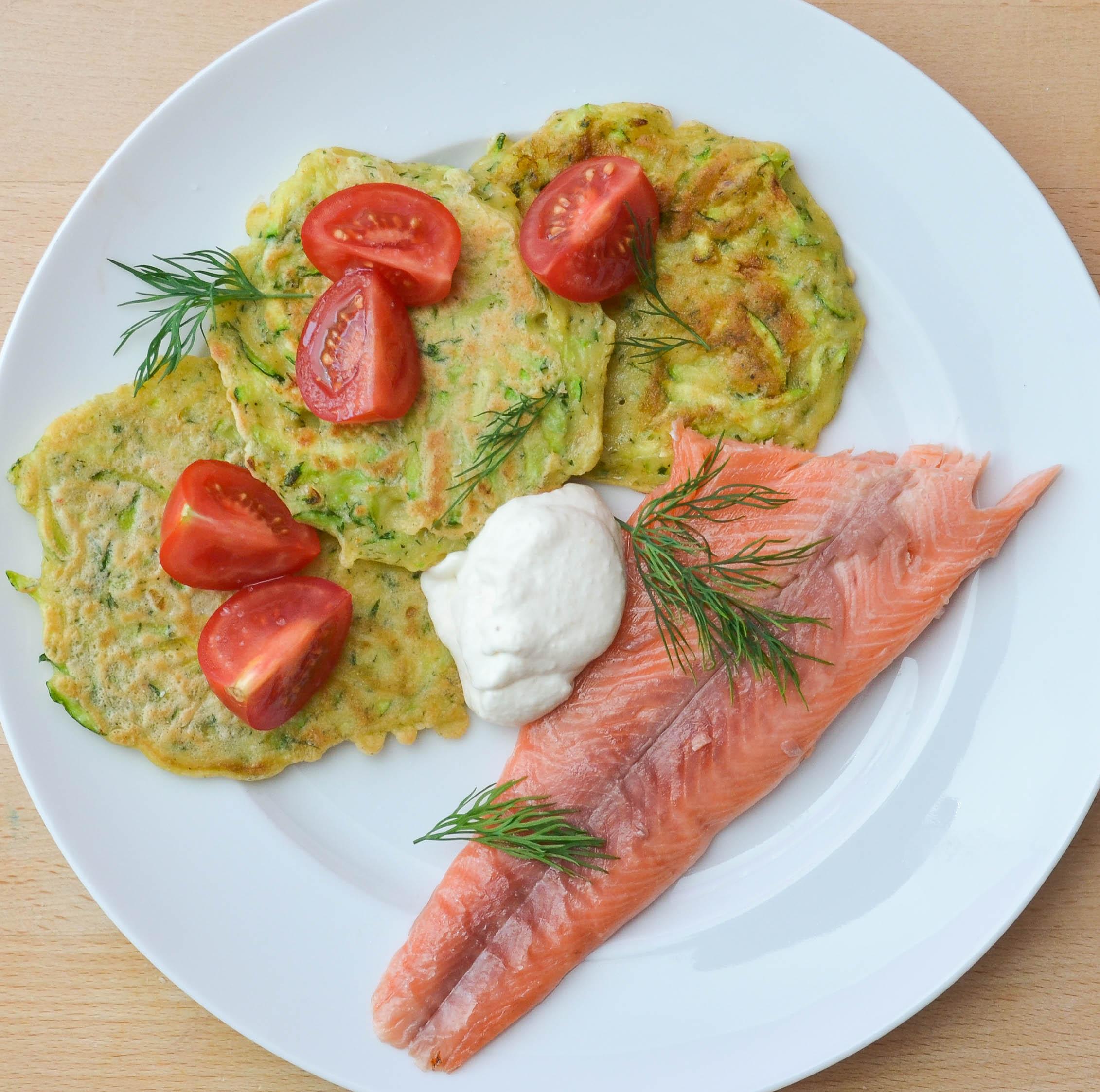 Räucherfisch und Zucchini-Puffer