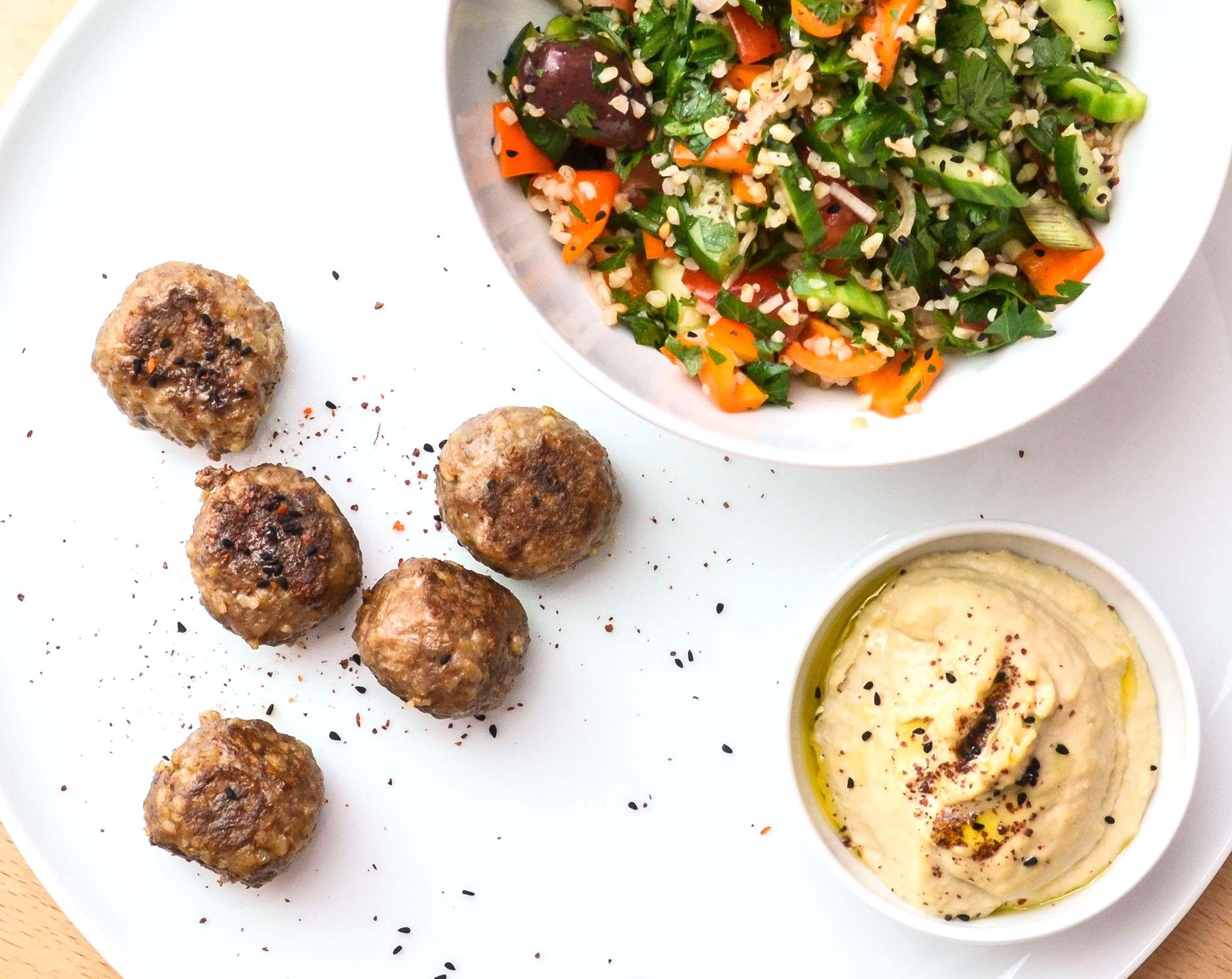 Kibbeh mit Bulgursalat und Hummus