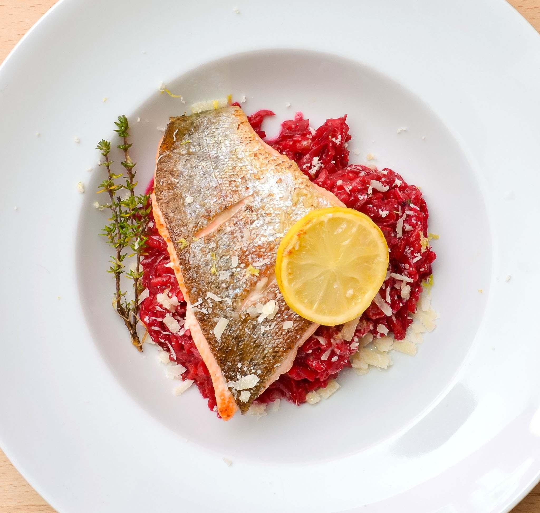 Rote-Bete-Risotto mit Fisch