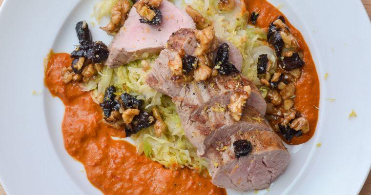 Schweinefilet mit Spitzkohl und würziger Paprika-Paste