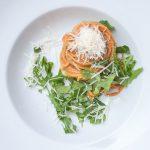 Spaghetti mit Erdnuss-Sauce auf Teller angerichtet