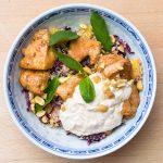 Couscous-Bowl mit Hähnchen und Erdnuss-Joghurt-Dip