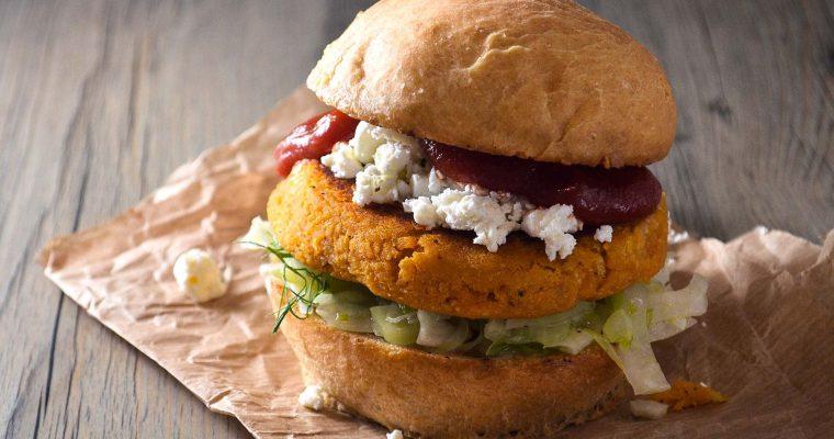 Veggie-Burger mit Linsen-Süßkartoffel-Patty und Fenchel-Salat