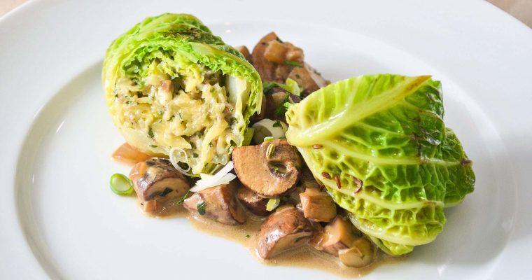 Wirsing-Rouladen mit Maronen-Kartoffel-Käse-Füllung und Rahmchampignons