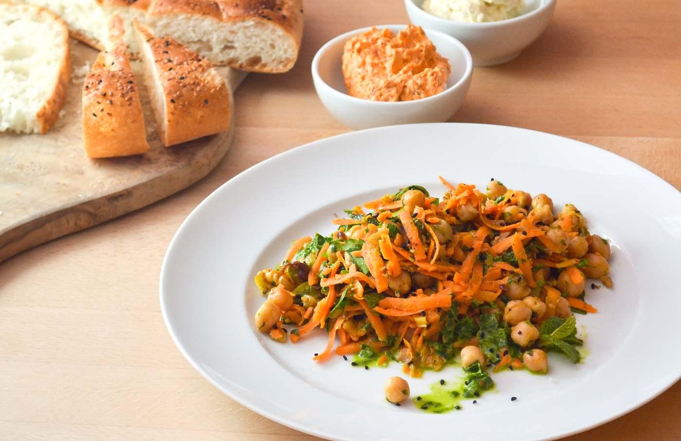 Kichererbsensalat mit Karotten, Pistazien und Walnüssen