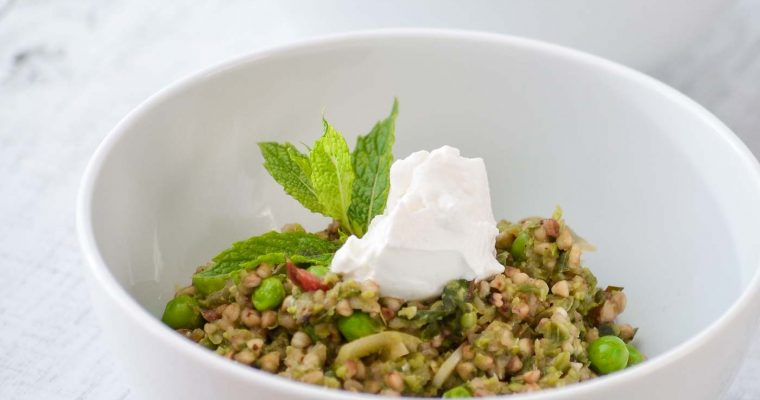 Grünes Buchweizen-Risotto mit Erbsen und Mangold